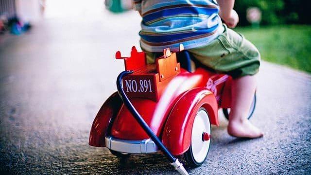 子供が車に乗っている画像