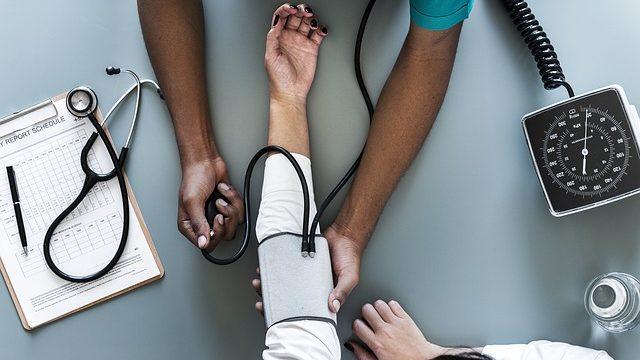 血圧を測る画像